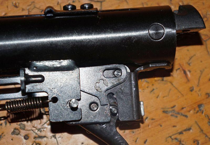 – Разворачиваем ружье левой частью на себя
